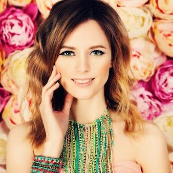 Красивая женщина на цветочном фоне