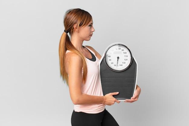 프로필 보기 생각, 상상 또는 공상에 예쁜 여자. 다이어트 개념