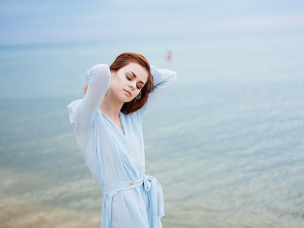 ビーチできれいな女性は楽しい余暇の自由を歩きます。高品質の写真