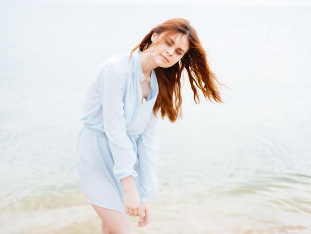 ビーチできれいな女性は楽しいレジャーの自由を歩きます