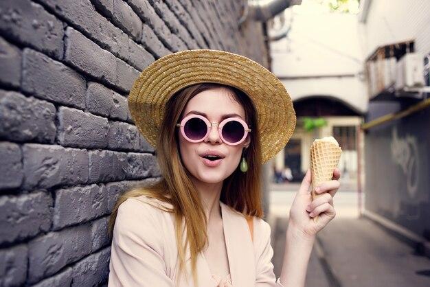 アイスクリームの休暇モデルと路上できれいな女性