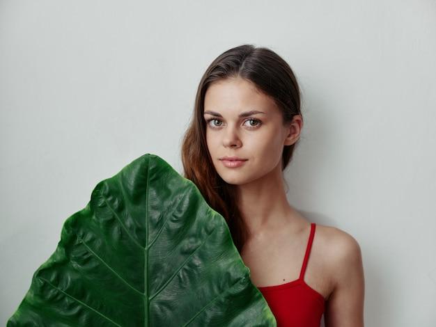 Красивая женщина открыла спальные мешки зеленый лист очарование светлом фоне