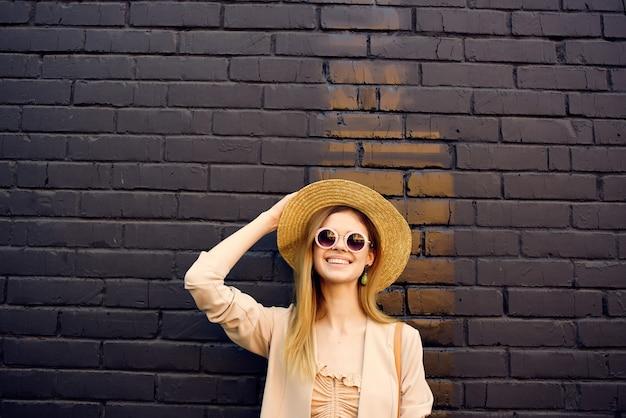 Красивая женщина на улице прогулка мода лето черная кирпичная стена