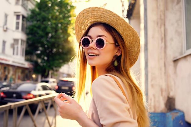 きれいな女性のアウトドアウォークファッション夏のライフスタイル。高品質の写真