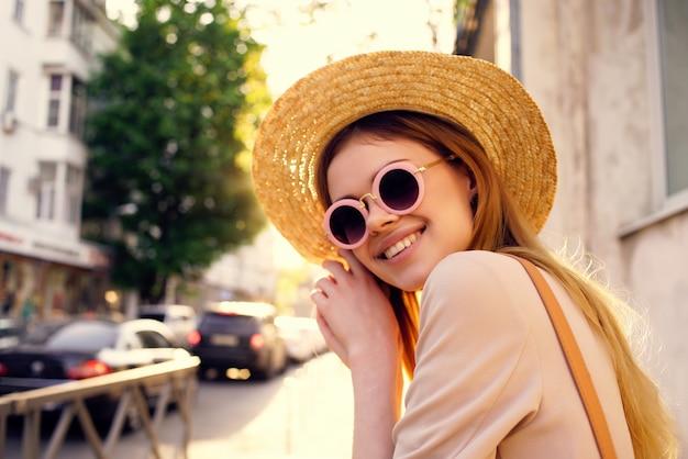 きれいな女性のアウトドアウォークファッション夏のライフスタイル