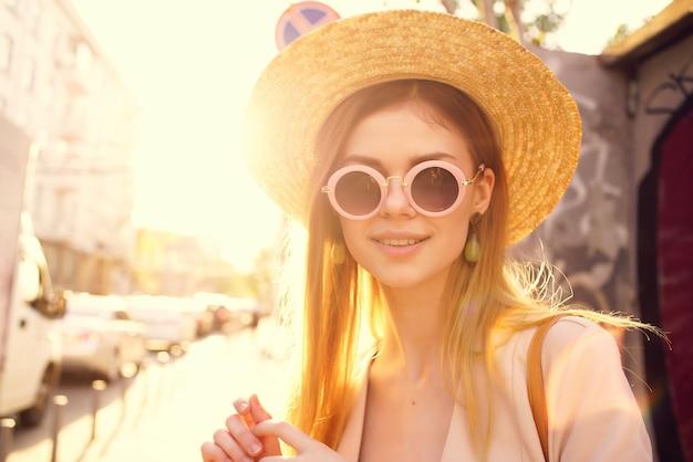 きれいな女性アウトドアウォークファッション夏のライフスタイル