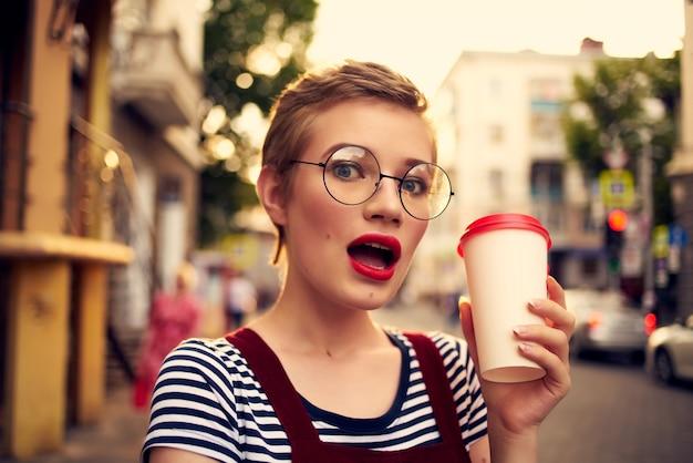 アイスクリームを食べる屋外のきれいな女性夏の太陽のリラクゼーション。高品質の写真