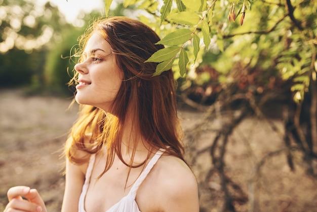 야외에서 예쁜 여자 신선한 공기 나무 잎. 고품질 사진
