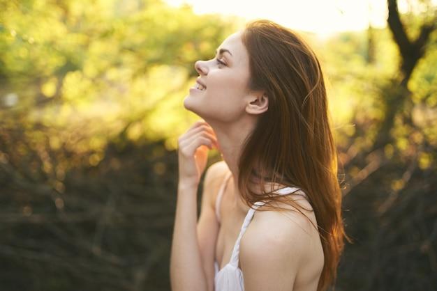 きれいな女性屋外緑の葉の木夏休み