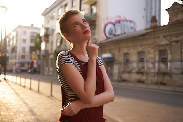 短い髪の太陽のライフスタイルで屋外のきれいな女性