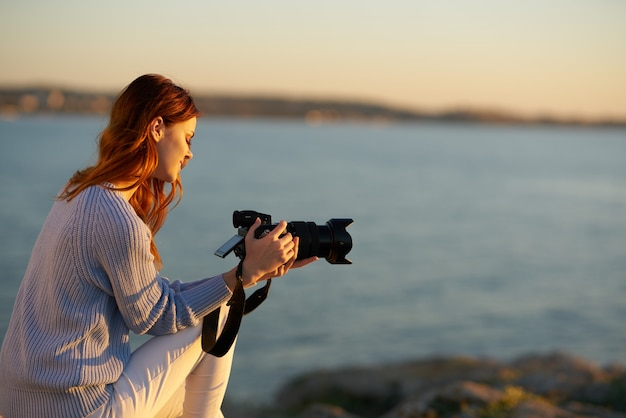 きれいな女性屋外旅行自由ライフスタイルレジャー