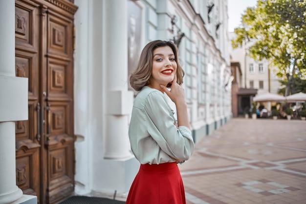 きれいな女性が屋外でグラマーポーズのライフスタイルを歩く