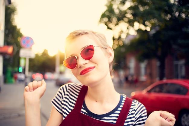 Красивая женщина на открытом воздухе носить солнцезащитные очки цветы крупным планом