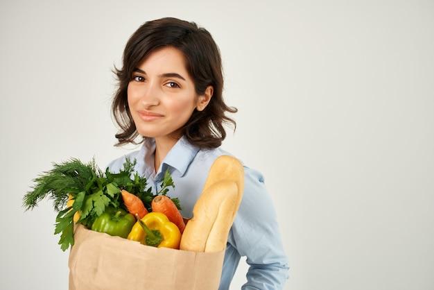 食料品野菜配達スーパーマーケットのきれいな女性のパッケージをクローズアップ