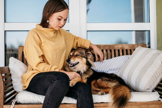 彼女の犬をかわいがるきれいな女性