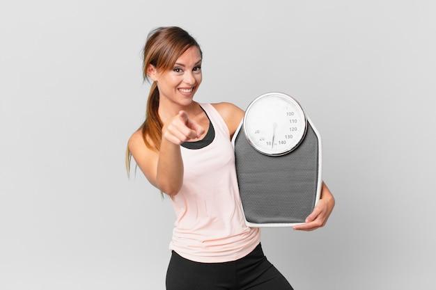 당신을 선택 하는 카메라를 가리키는 예쁜 여자. 다이어트 개념