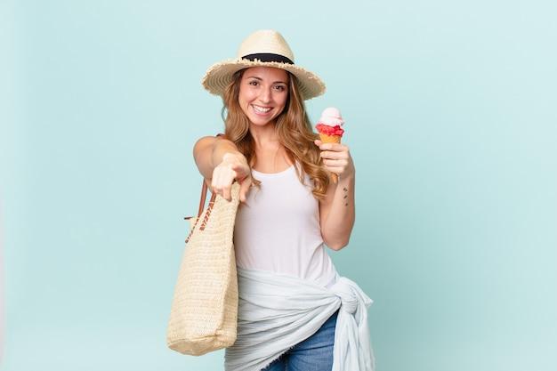 あなたを選ぶカメラを指しているきれいな女性。夏のコンセプト