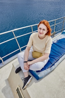 예쁜 여자 관광 여행을 위해 요트 선상 사진 작가를위한 포즈