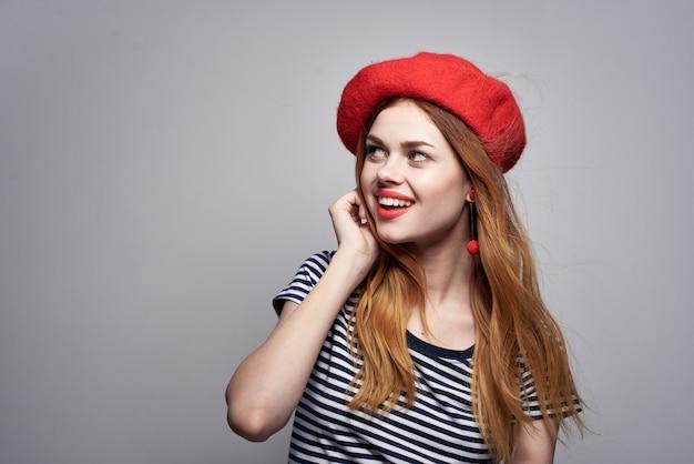 きれいな女性のポーズファッション魅力的な外観赤いイヤリングジュエリー孤立した背景