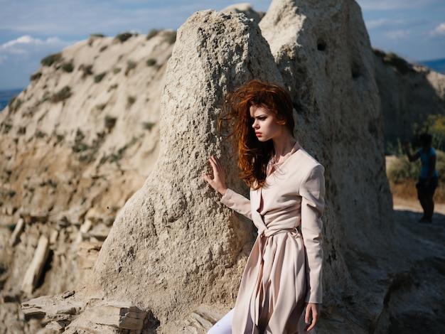 砂モデル旅行でポーズをとるきれいな女性