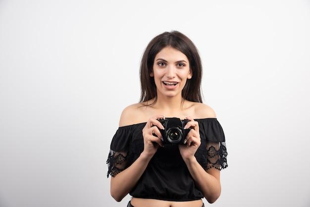 カメラでポーズをとるきれいな女性