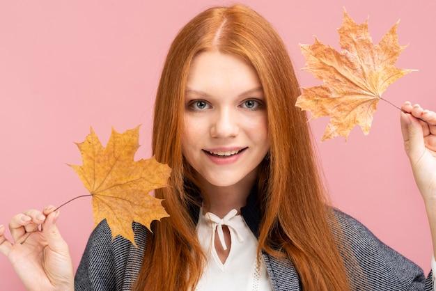 葉でポーズのきれいな女性