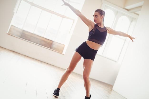 Красивая женщина танцует хип-хоп