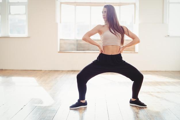 ヒップホップダンスの練習のきれいな女性