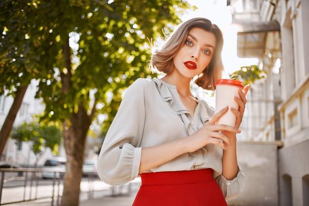 きれいな女性の赤い唇は街歩きのライフスタイルを魅了します