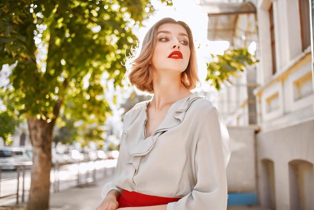 Красивая женщина красные губы очарование город прогулка образ жизни