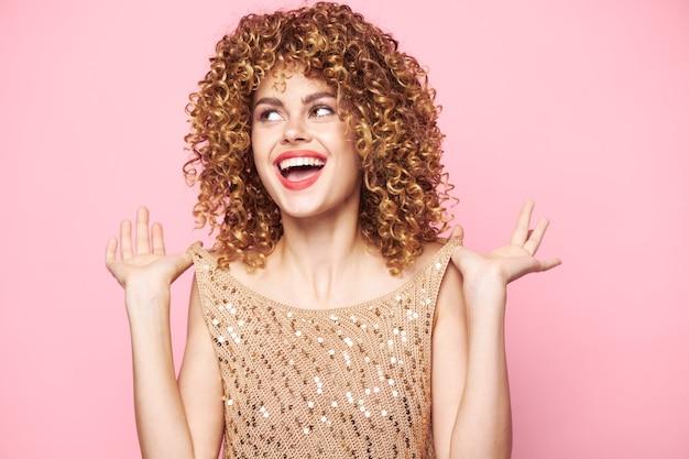 예쁜 여자 빨간 입술 모델 미소 측면 매력 핑크