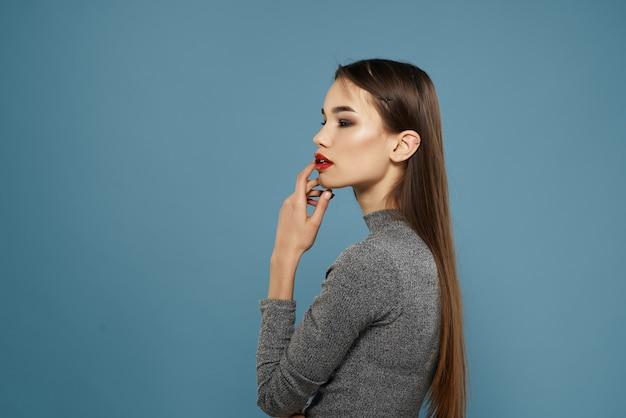 きれいな女性の赤い唇のポーズファッション青い背景