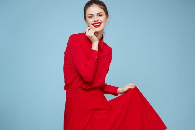 Красивая женщина красная рубашка красные губы гламурные модели студии студии. Premium Фотографии