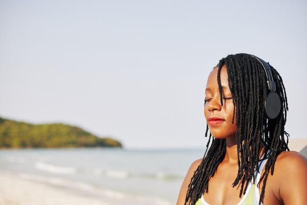 Красивая женщина отдыхает на пляже