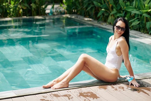 プールで休んでいるきれいな女性