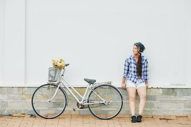 サイクリング後屋外で休んでいるきれいな女性