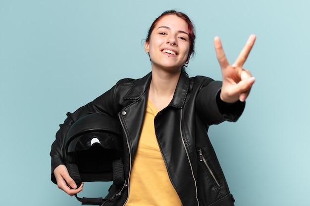安全ヘルメットをかぶったきれいな女性ライダー