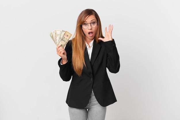 Красивая женщина кричала с поднятыми руками. бизнес и концепция долларов
