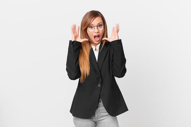 Красивая женщина кричала с поднятыми руками. бизнес-концепция