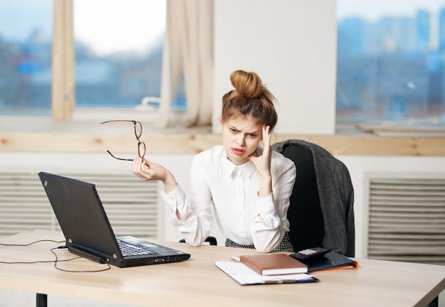 Красивая женщина секретарь рабочий стол ноутбук эмоции работа