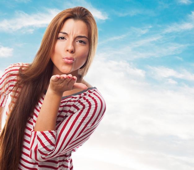 手のキスを送信するきれいな女性