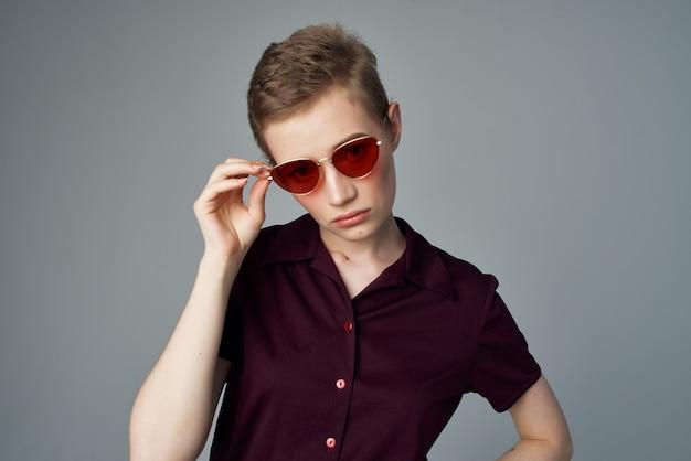 きれいな女性の短い散髪赤い唇のライフスタイル