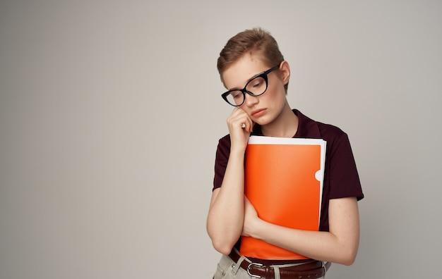 Красивая женщина с короткими волосами очки мода элегантный стиль рубашка.