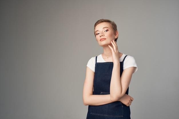 きれいな女性の短い髪のメイクグラマースタジオのライフスタイル
