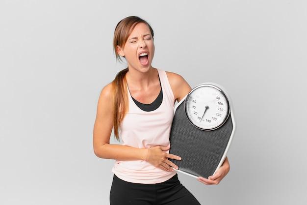 非常に怒っているように見えて、積極的に叫んでいるきれいな女性。ダイエットコンセプト