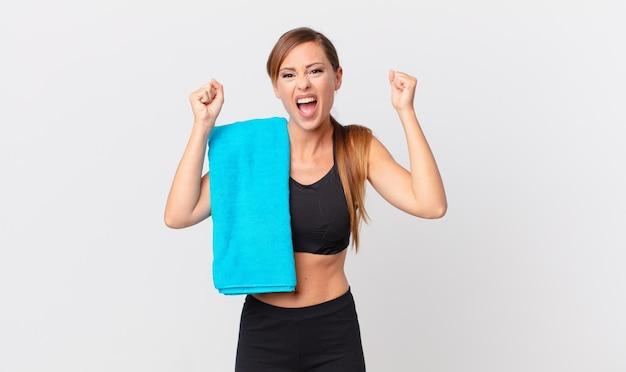 Красивая женщина кричит агрессивно с сердитым выражением лица. фитнес-концепция