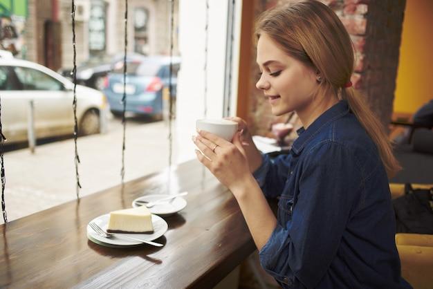 カフェスナック朝食のテーブルに座っているきれいな女性。高品質の写真