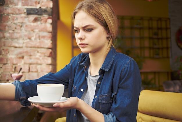 カフェ休憩ライフスタイルに座っているきれいな女性