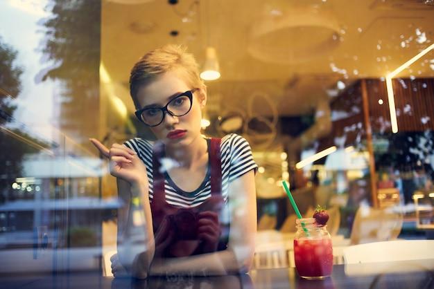 Красивая женщина, сидя в кафе коктейль отпуск образ жизни