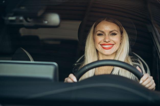그녀의 차에 앉아 예쁜 여자